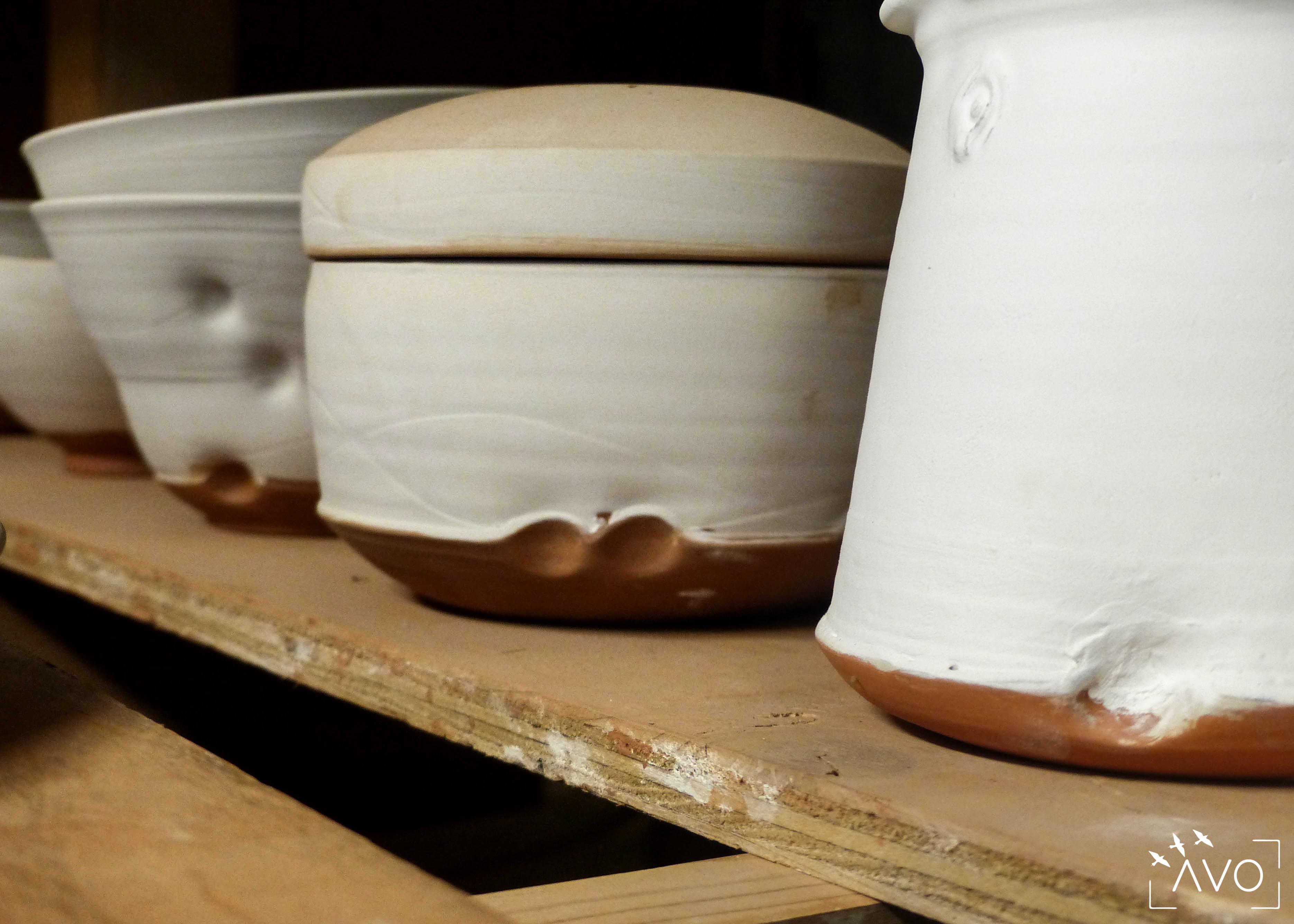marina-leflon-ceramiste-courzieu-atelier-gres-faience-fleurs-terre-avo-avoldooiseau-ceramiques-art-de-la-table-atelier-boite-poterie