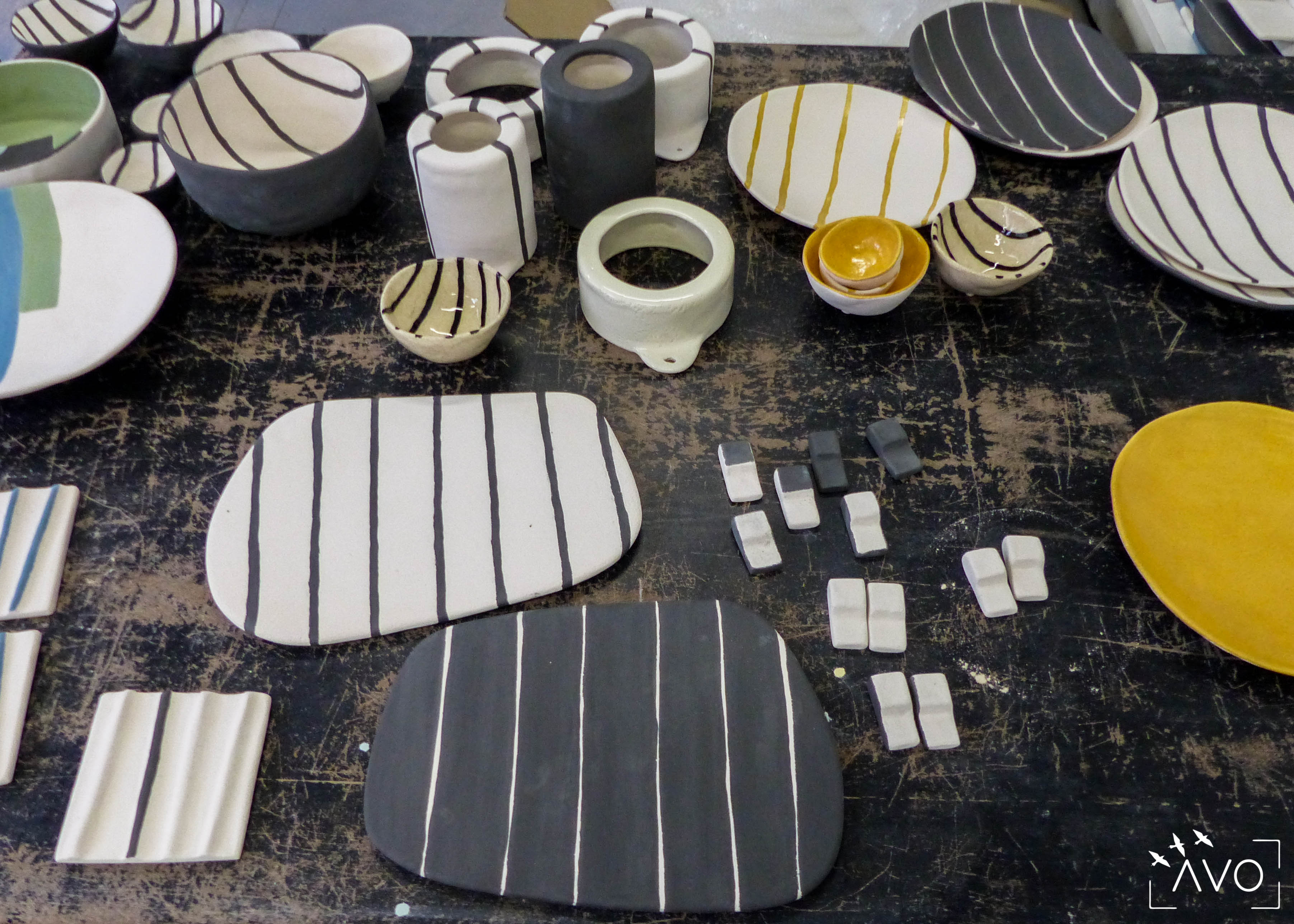 savoir-faire-ceramique-faience-decoration-bol-plat-creatrice-colore-email-terre-local-sabine-orlandini-atelier-plan-de-travail