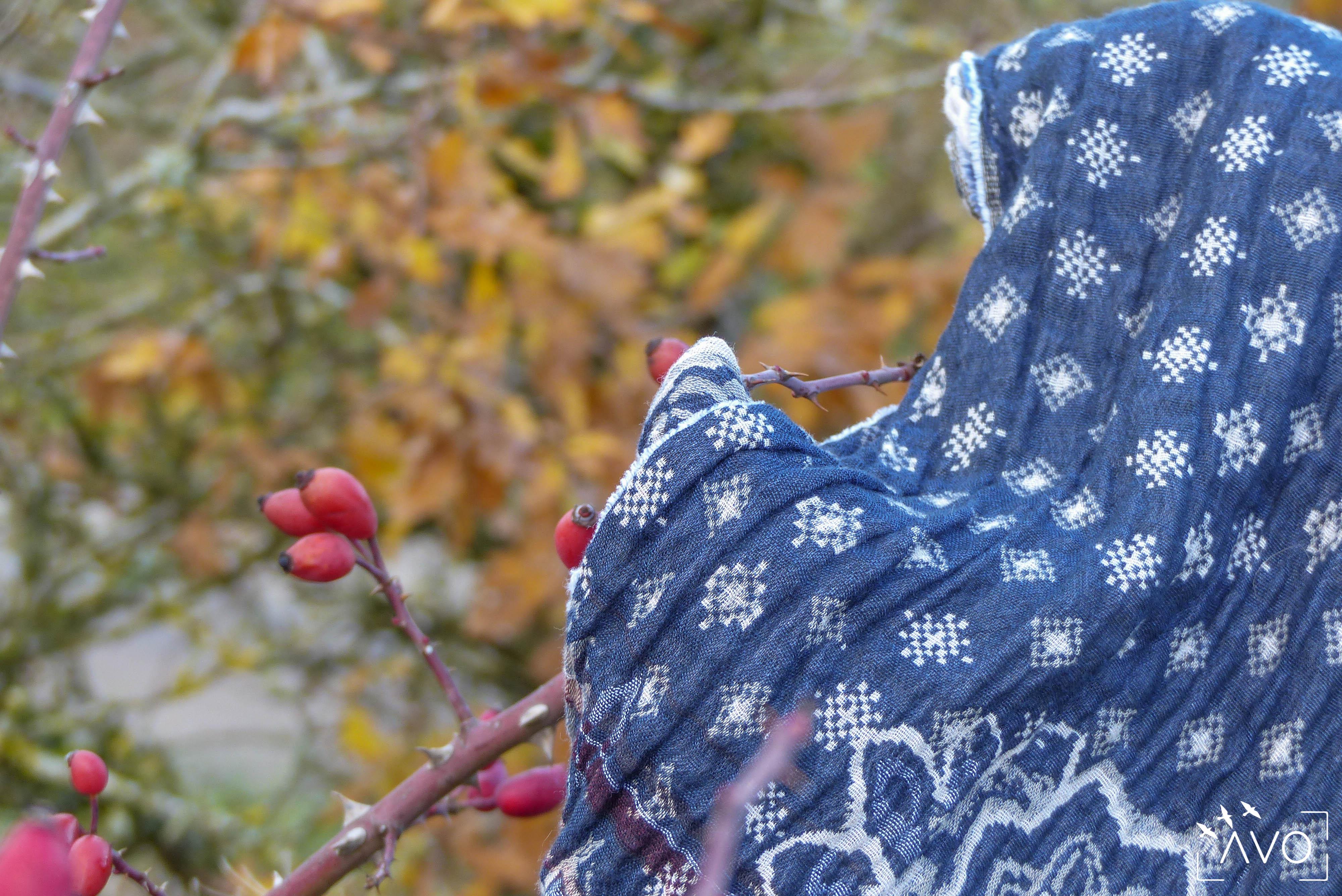 étole Létol foulard madeinfrance charlieu loire motif fleur géométrique beau dessin cadeau couleurs bleu marine nature