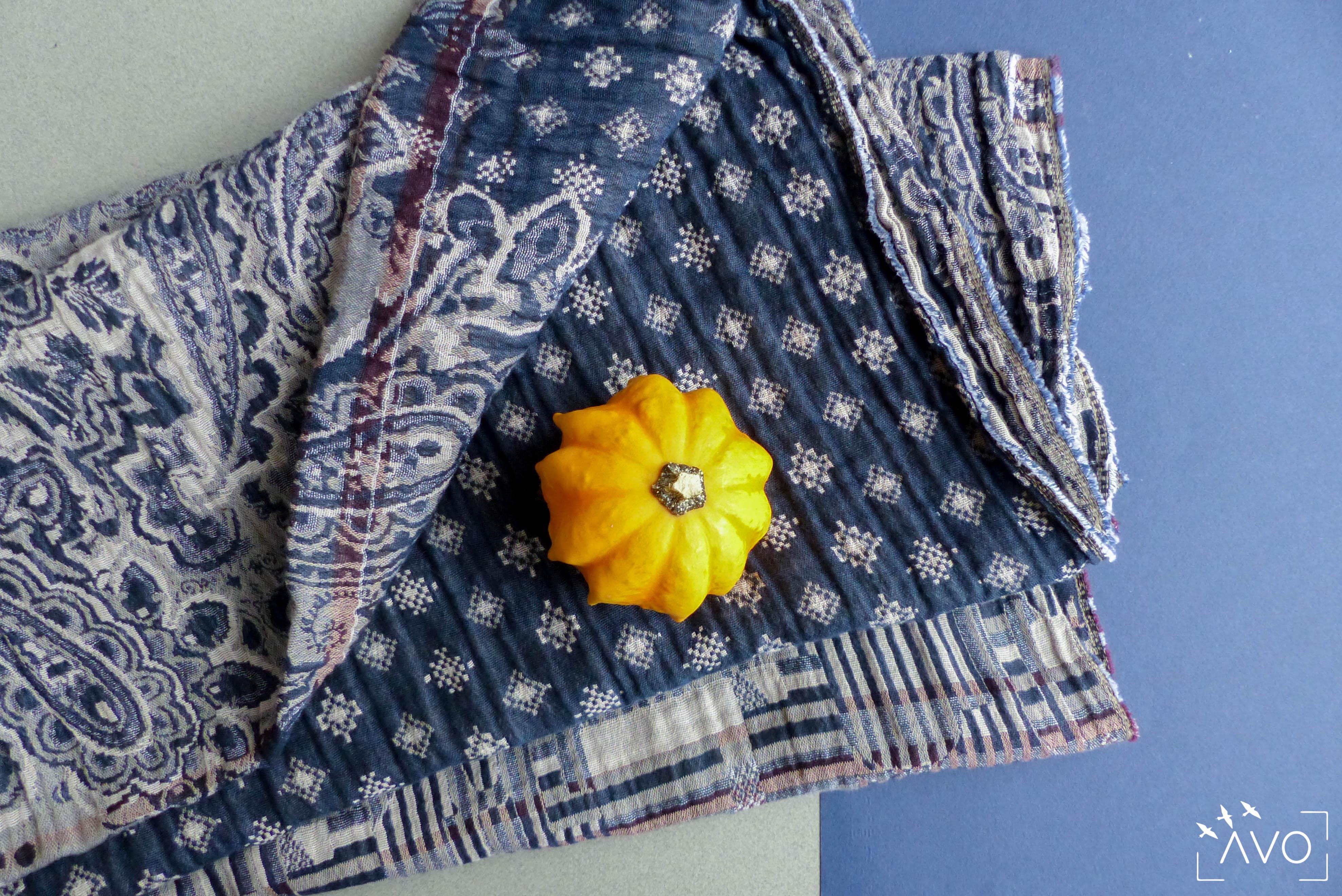étole Létol foulard madeinfrance charlieu loire motif fleur géométrique beau dessin cadeau couleurs atelier savoir-faire bleu gris hiver