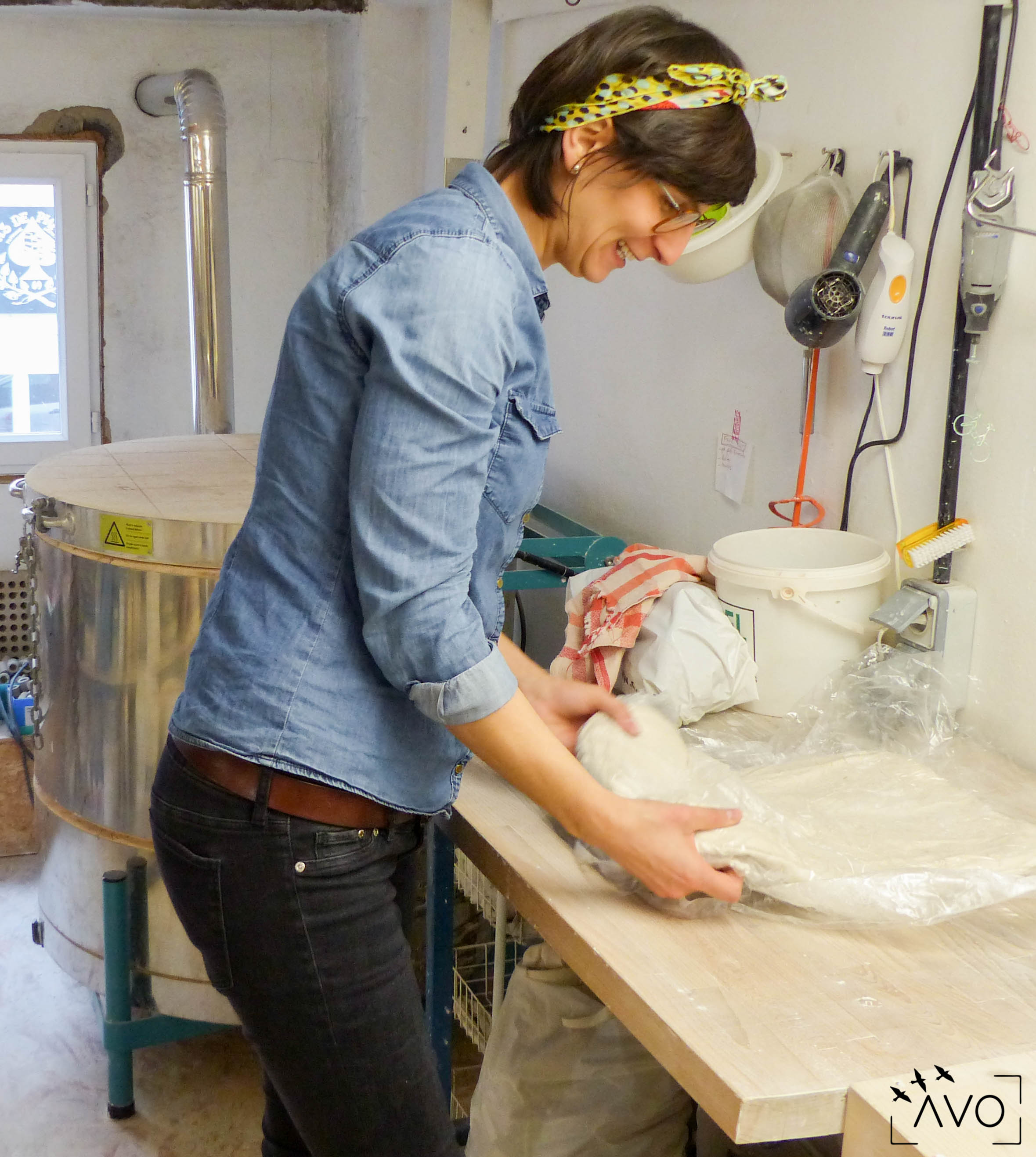 céramique tasse pois porcelaine caluire lyon abcéramique atelier blanc couleur profil anais