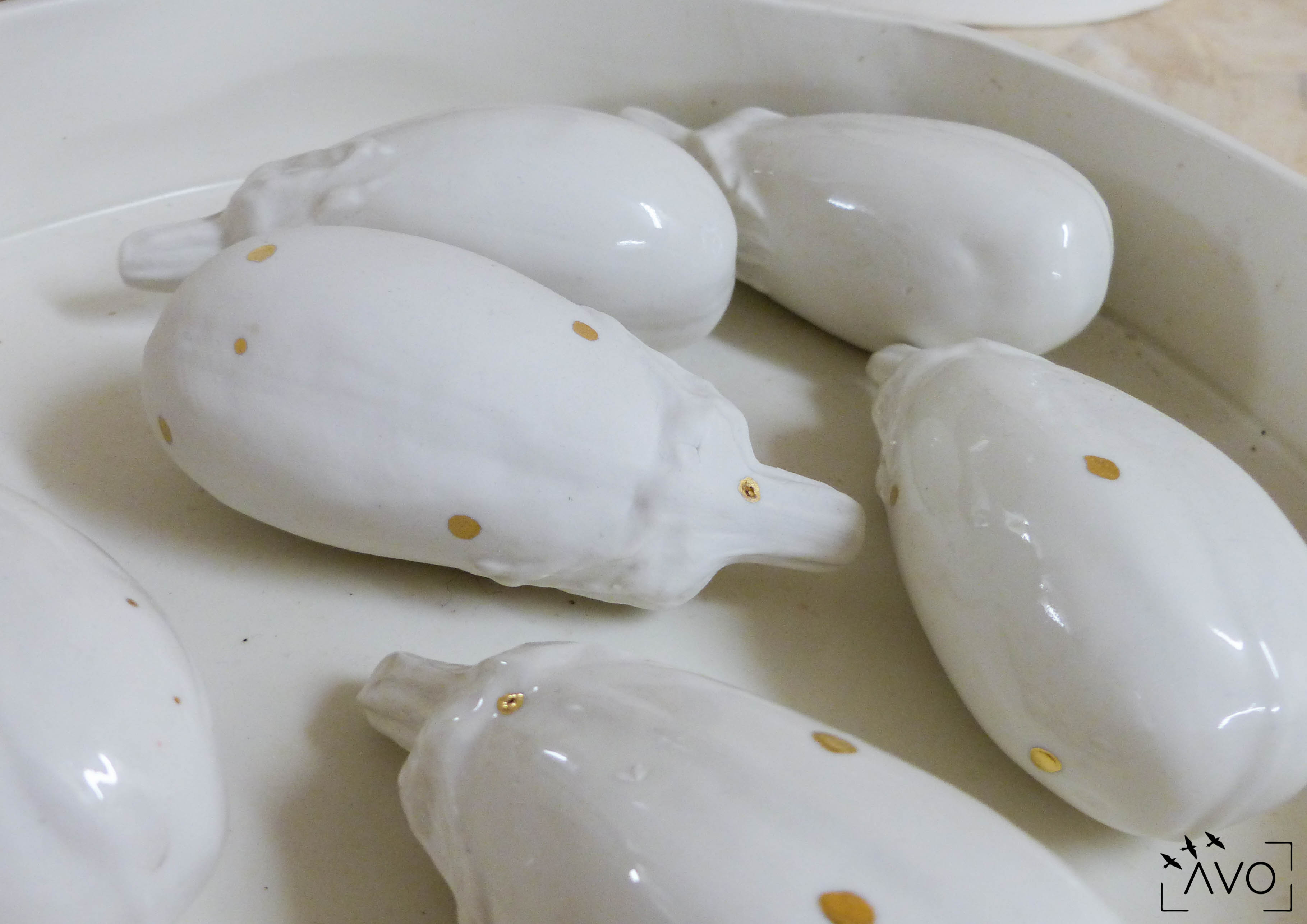 céramique tasse pois porcelaine caluire lyon abcéramique atelier blanc couleur irrégularité aubergine